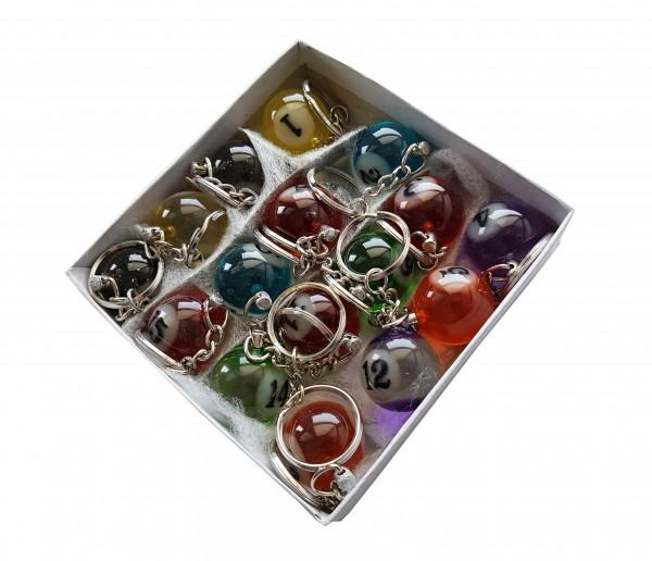 Schachtel mit transparent farbigen Billard Schlüsselanhängern